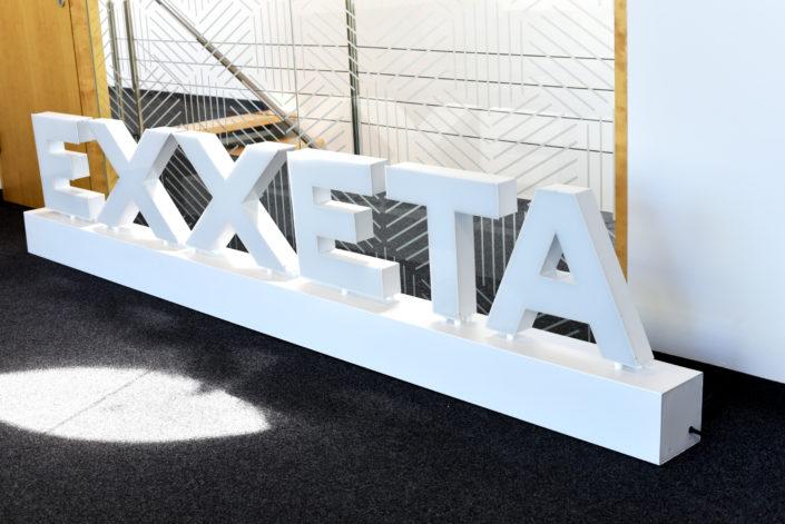 3D Logo freistehend im Büro