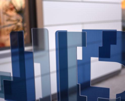 transparente Acrylelemente mit farbiger Hinterlegung
