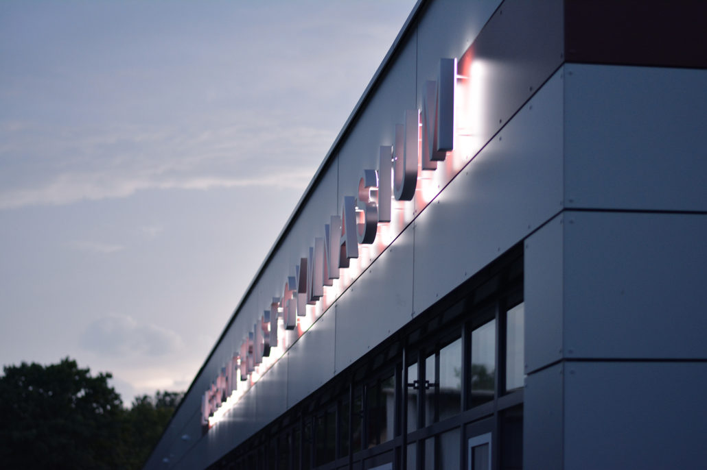 Albrecht-Ernst-Gymnasium-Profil3-Fassadenbeschriftung