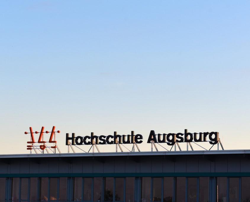 Logobuchstaben auf dem Dach