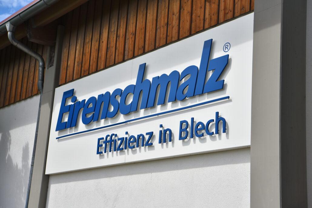 Acrylbuchstaben rückleuchtend an Firmenfassade