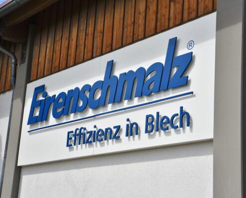 Firmenschild mit Einzelbuchstaben