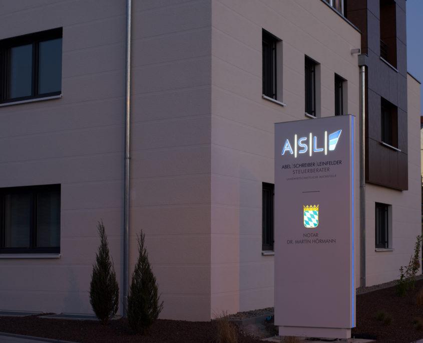 Gerader Werbepylon mit beleuchtetem Logo