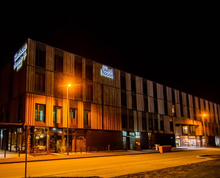 Profil 3 Leuchtschrift rückleuchtend an Hotelfassade