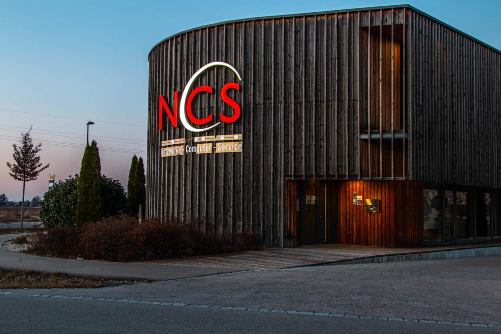 Profil 6 Leuchtschrift frontleuchtend an runder Holzfassade