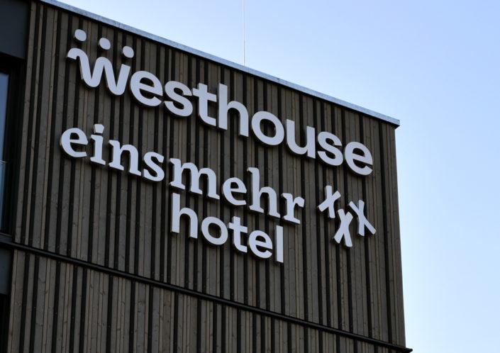 Leuchtschrift eines Hotels