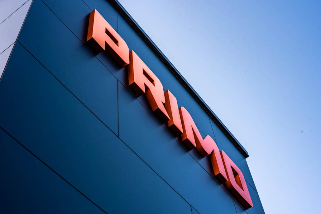 Profil 6 Leuchtschrift an Firmengebäude