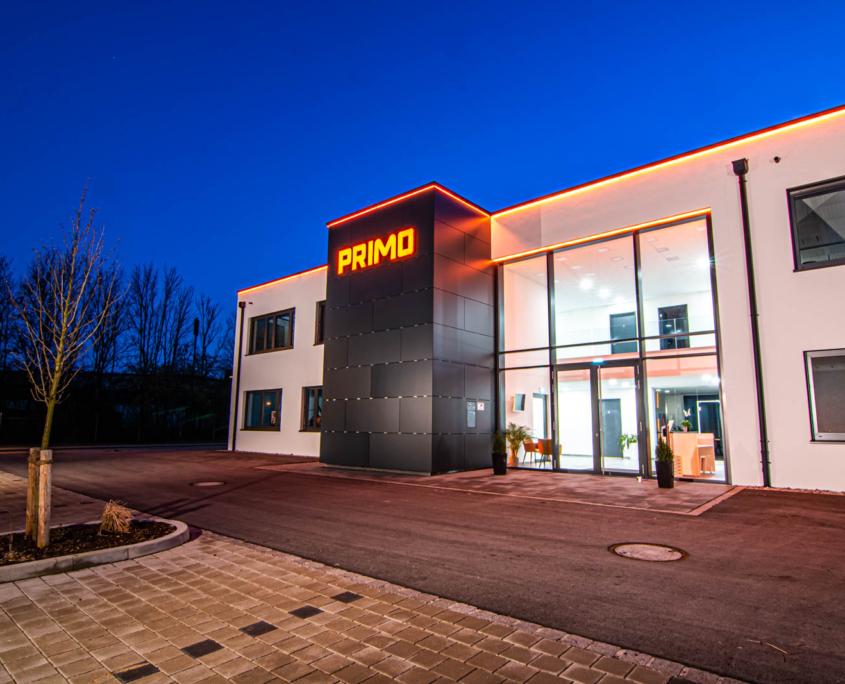 Profil 6 Leuchtschrift frontleuchtend an Firmengebäude