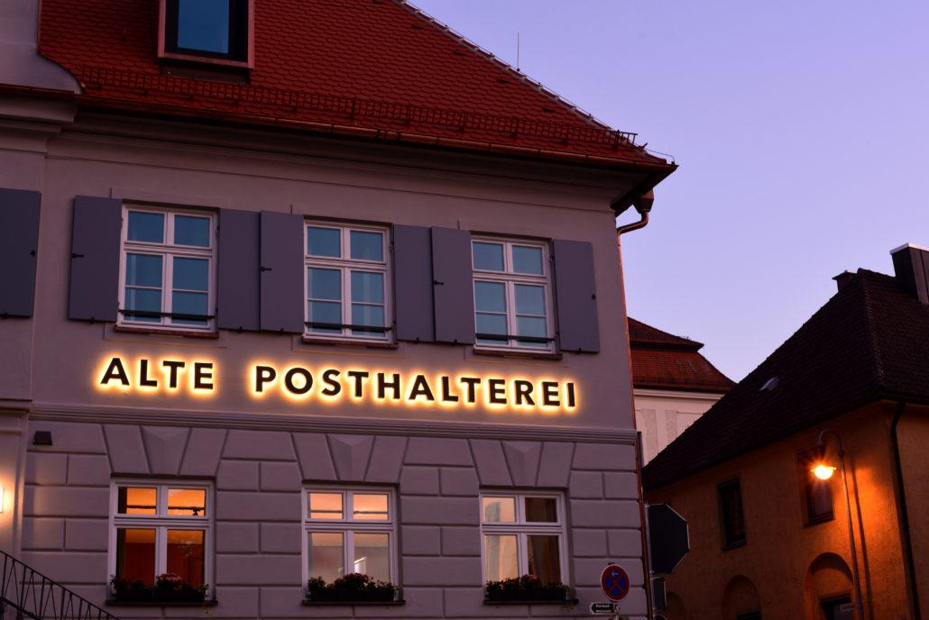 Hotel Leuchtschrift mit Leuchtkorona