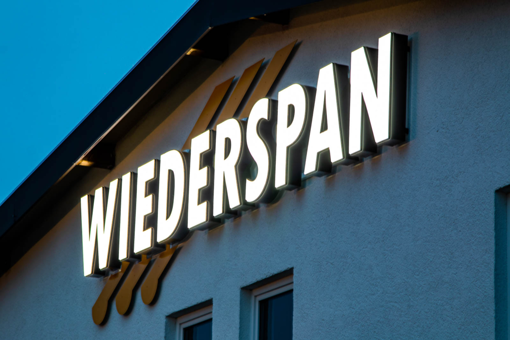 Profil 5 Leuchtschrift an Firmenfassade