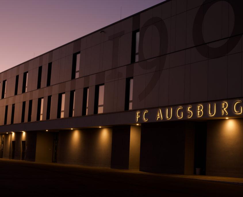 Profil 3 Leuchtschrift an Gebäude