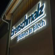 Acrylbuchstaben rückleuchtend an Firmenfassade Nacht
