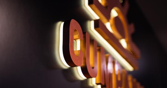 Acrylbuchstaben rückleuchtend im Detail Innenraum