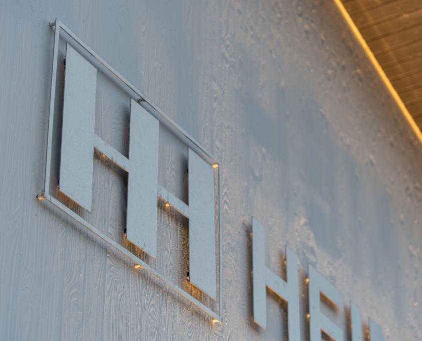 Schriftzug und Logo aus Edelstahl Detail