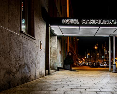 Acrylbuchstaben rückleuchtend an Hoteleingang