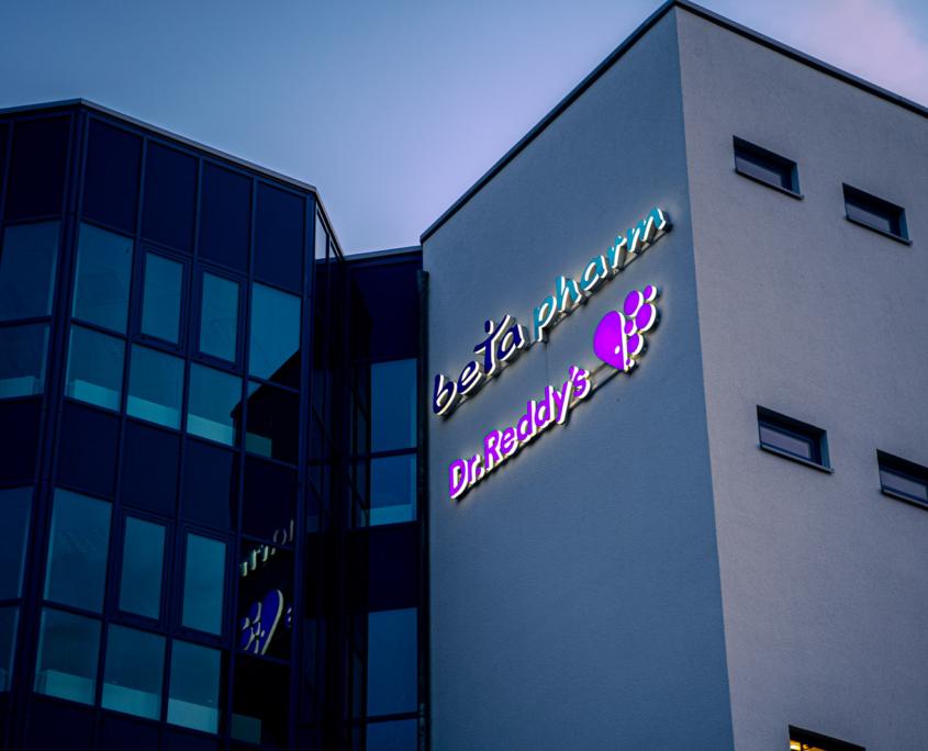 Profil 8 Leuchtschrift an Firmenfassade front- und seitenleuchtend