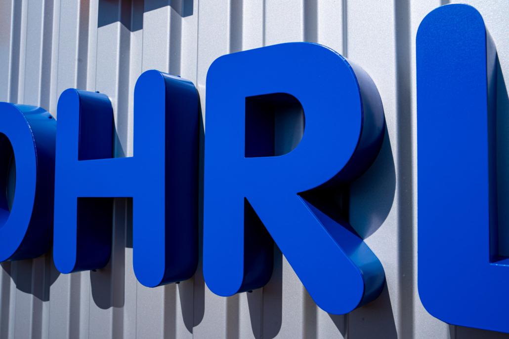 Profil 01 Schrift an Firmenfassade Detail