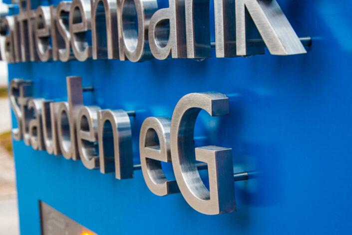 Gerader Werbepylon Edelstahl Buchstaben Detail