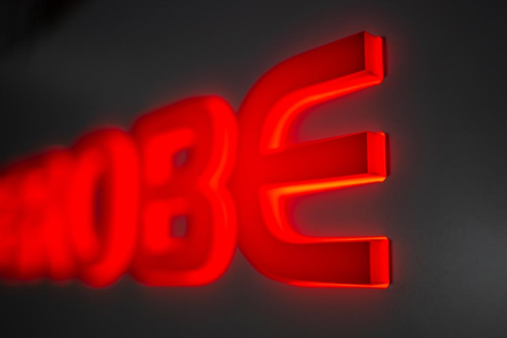 Leuchtschild mit durchgesteckten Buchstaben Detail